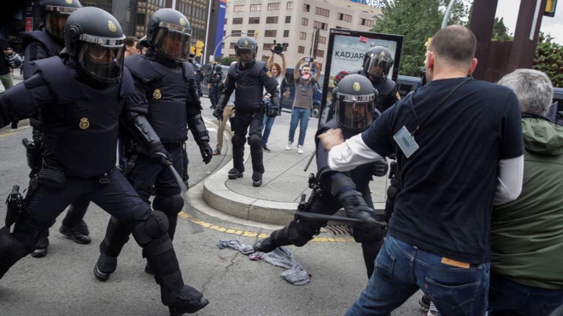 La police espagnole utilise des batons contre les manifestants à Tarragone