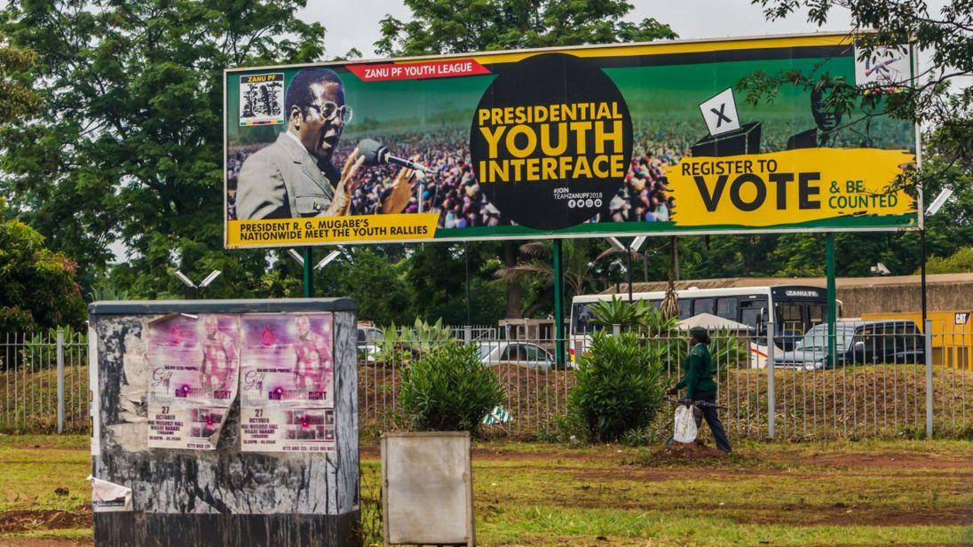 """femme en uniforme militaire passe devant un panneau d'affichage Zimbabwe: Le peuple et la politique derrière la prise de contrôle </span><br />                 </figcaption></figure> </div> </div> <p> David Bowden de Sky, rapportant de Harare, a déclaré que le coup semblait porter ses fruits. </p> <p> Il a dit: """" Les troupes et les véhicules blindés sont encore dans les rues, mais les habitants de la région sont apparemment contents que l'impasse politique ne tombe pas dans la violence. Au moins pour l'instant. """"</p> <div class="""