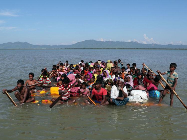 Les réfugiés Rohingya utilisent un radeau de fortune pour atteindre le Bangladesh