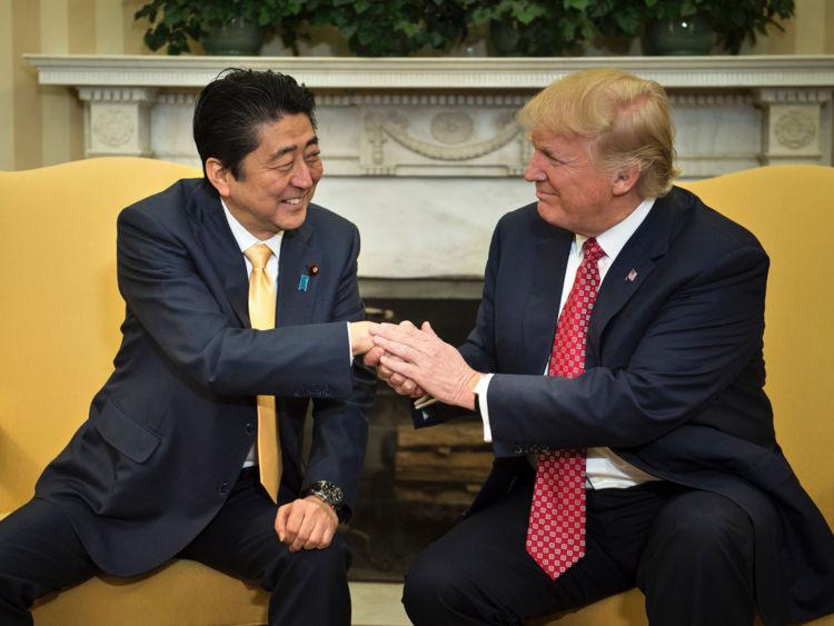 Trump et Abe poignée de main