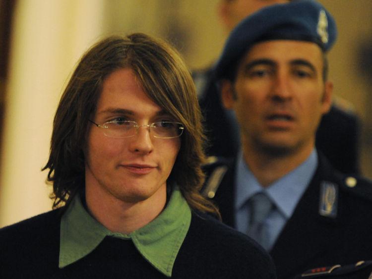 Raffaele Sollecito (R) a été initialement reconnu coupable et plus tard acquitté pour le meurtre de Mme Kercher