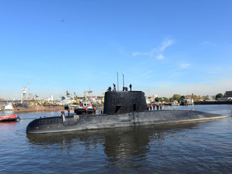 Le sous-marin militaire argentin ARA San Juan et son équipage sont vus périodiquement pour reconstituer son air, l'équipage pourrait survivre indéfiniment, bien que rien n'indique qu'ils aient survécu indéfiniment.