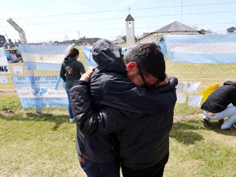 Les parents et amis de Tagliapietra, l'un des 44 membres d'équipage des disparus en mer ARA San Juan