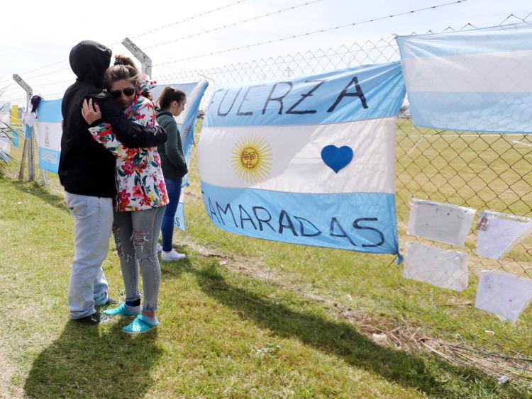 Parents et amis de Tagliapietra, l'un des 44 membres d'équipage des disparus en mer ARA San