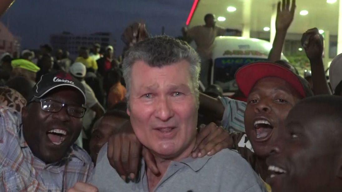 """[Chris Mutsvangwa]chef du groupe des vétérans de guerre du Zimbabwe, a décrit la démission de M. Mugabe comme """"la fin d'une année très douloureuse"""". triste chapitre de l'histoire d'une jeune nation, où un dictateur, devenu vieux, livra sa cour à une bande de voleurs autour de sa femme. """"</p> <p> Pendant ce temps, le Premier ministre britannique Theresa May a dit que le Zimbabwe avait l'occasion pour """"forger une nouvelle voie libérée de l'oppression qui caractérisait son règne"""" </p> <p> <strong> :: Quelle suite pour l'économie paralysée du Zimbabwe? </strong> </p> <p> Elle a dit: """"Ces derniers jours, nous avons vu le désir de le peuple zimbabwéen pour des élections libres et équitables et la possibilité de reconstruire l'économie du pays sous un gouvernement légitime. </p> <p> """"En tant qu'ami le plus ancien du Zimbabwe, nous ferons tout notre possible pour le soutenir, en travaillant avec nos partenaires internationaux et régionaux. </p> <p> <strong> :: Regarder notre reportage spécial <em> Robert Mugabe: Fin du Dictateur </em> sur Sky News à 19h30 et 21h30 ce soir </strong></p> </p></div> </pre>  <div class=bzkshop><ul class=bzkshop-list>  <li class=bzkshop-item tabindex=0 data-bzkshop="""