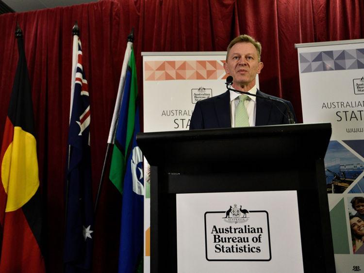 David Kalisch de l'Australian Bureau of Statistics annonce le résultat de l'Enquête postale sur le mariage le 15 novembre 2017 à Canberra, Australie. les aliens ont voté pour que les lois sur le mariage soient modifiées pour permettre le mariage homosexuel, avec le vote du Oui réclamant 61,6% à 38,4% pour le vote non. Malgré la victoire de Yes, le résultat de l'enquête australienne sur le mariage n'est pas contraignant, et le processus de changement des lois actuelles passera au Parliame australien