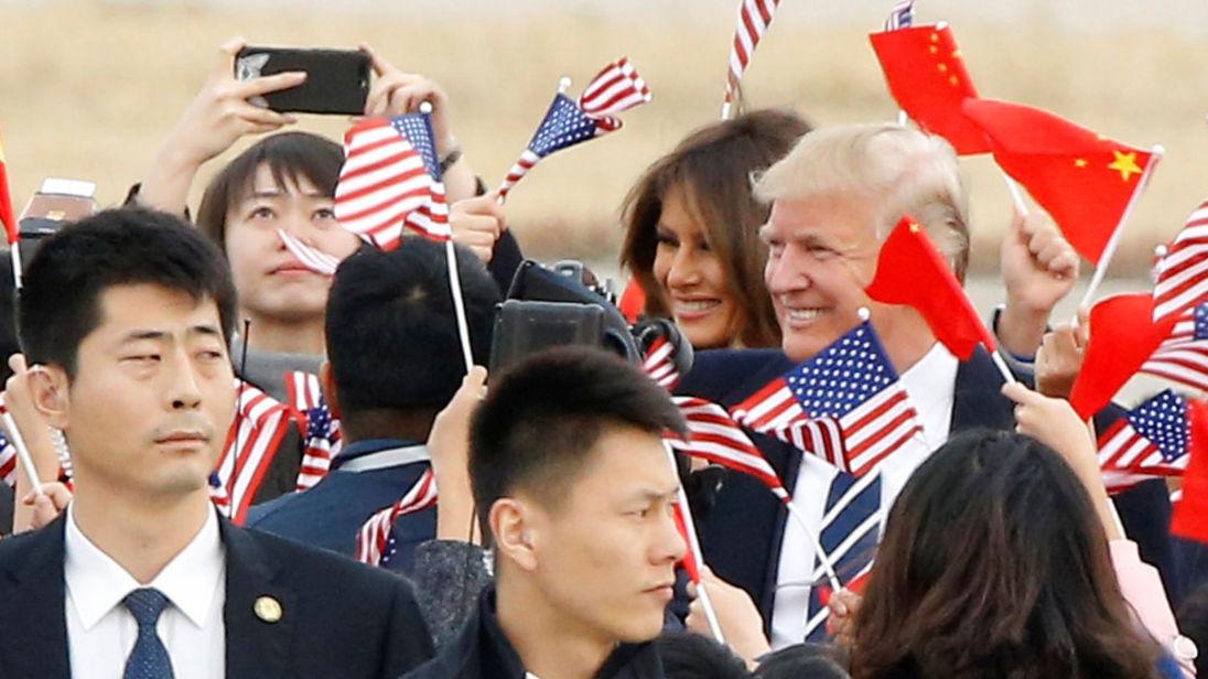 U.S. Le président Donald Trump et la première dame Melania arrivent à Air Force One à Beijing, en Chine