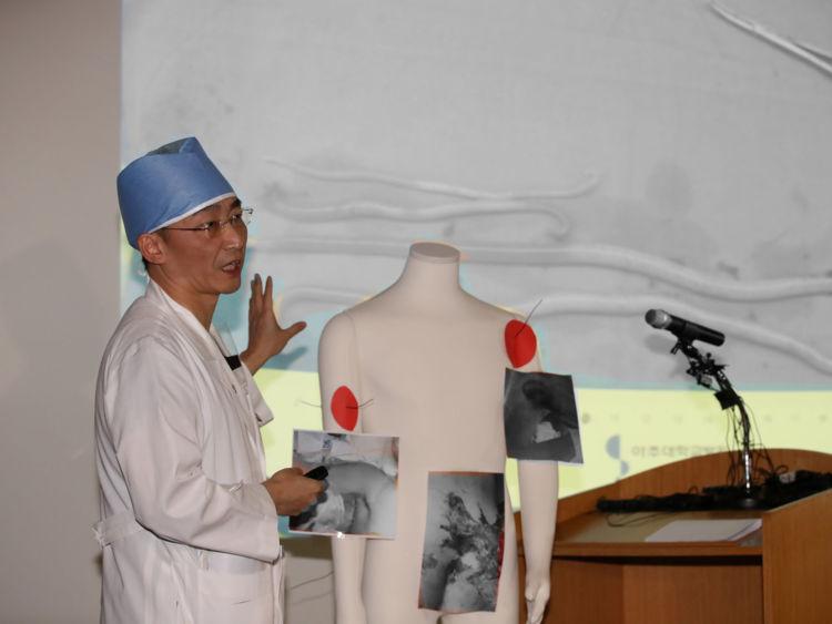 Un chirurgien Lee Cook-jong donne un briefing lors d'une conférence de presse dans un hôpital de Suwon, Corée du Sud, 15 novembre 2017