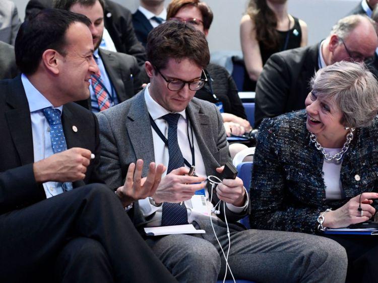 Premier ministre de l'Irlande Leo Varadkar (L) et le Premier ministre britannique Theresa May (R) discutent à l'avance une session de discussion lors du Sommet social européen à Göteborg, en Suède