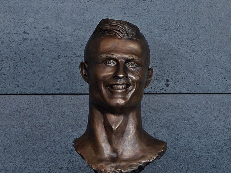 Le buste a volé le spectacle à la cérémonie de renommage, pour de mauvaises raisons