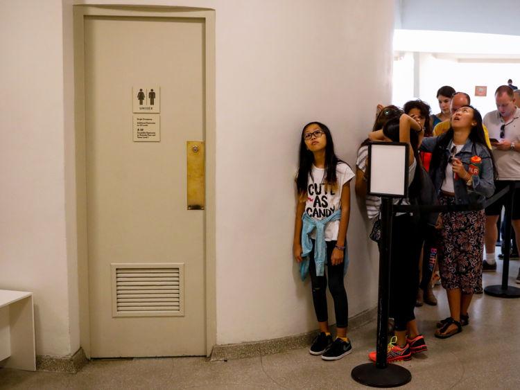 file d'attente pour les toilettes