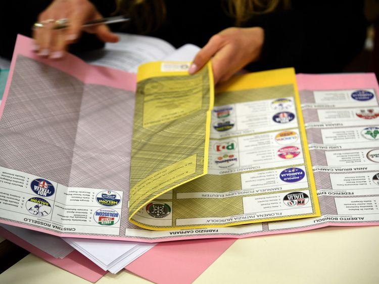 Certains bulletins de vote sont affichés dans le bureau de vote le 4 mars 2018 à Milan, en Italie. L'économie et l'immigration sont des facteurs clés de l'élection générale italienne de 2018 après la dissolution du parlement en décembre 2017