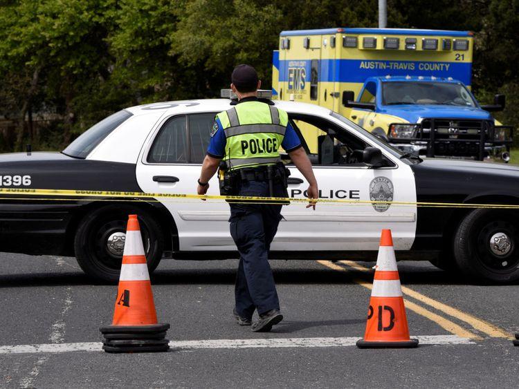Des membres du département de police d'Austin bloquent une partie du boulevard Republic of Texas après une explosion à Austin, Texas, États-Unis, mars 19, 2018