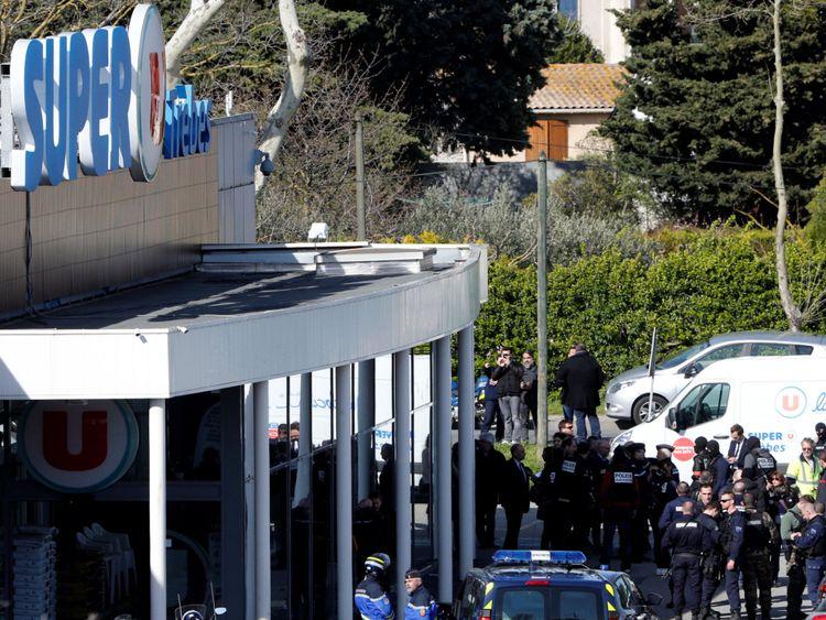 """Gendarmes et officiers de police après la situation des otages Gendarmes et policiers après la prise d'otages au supermarché Super U à Trebes </span><br />       </figcaption></figure> </div> <p> M. Collomb a déclaré: """"Nous l'avions surveillé et nous ne pensions pas qu'il avait été radicalisé. Il était déjà sous surveillance quand il a soudainement décidé d'agir. """"</p> <p> L'enquête se demandera comment Lakdim a pu obtenir une arme, et comment et quand il s'est radicalisé. </p> <p> <strong> Plus à suivre … </strong>             </div> <p><script async src="""