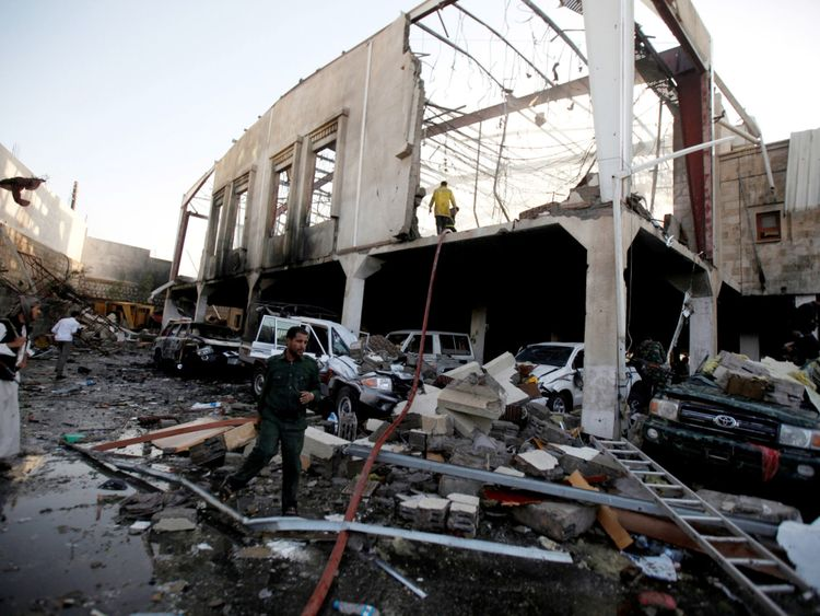 Les restes d'une salle communautaire dans la capitale du Yémen Sanaa après une frappe aérienne