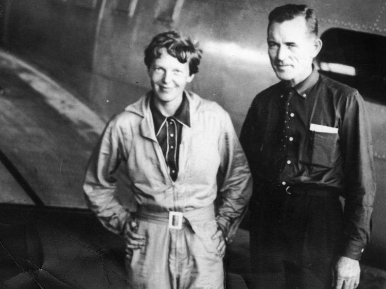 Aviatrice américaine Amelia Earhart (1897 - 1937) avec son navigateur, le capitaine Fred Noonan, au hangar de l'aérodrome de Parnamerim, Natal, Brésil, le 11 juin 1937