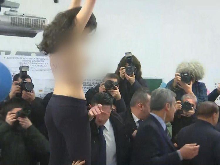 La femme avait Berlusconi, son temps s'est écoulé sur sa poitrine
