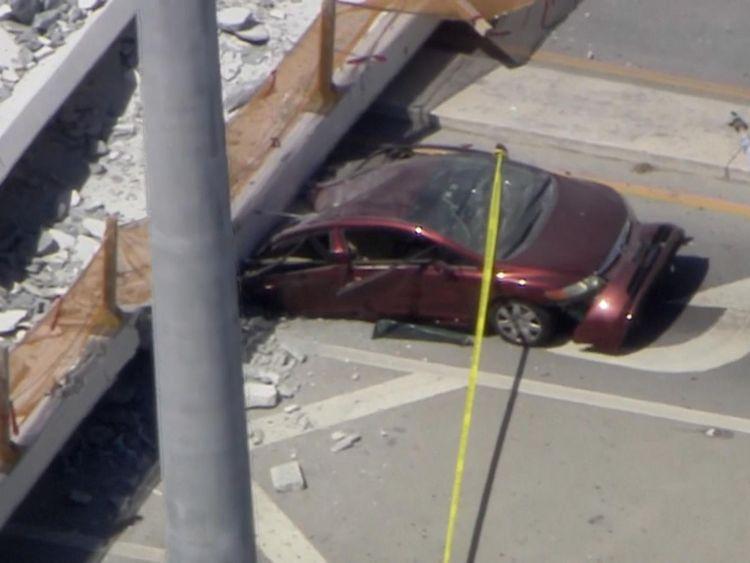 Plusieurs voitures ont été aperçues bloquées sous le pont