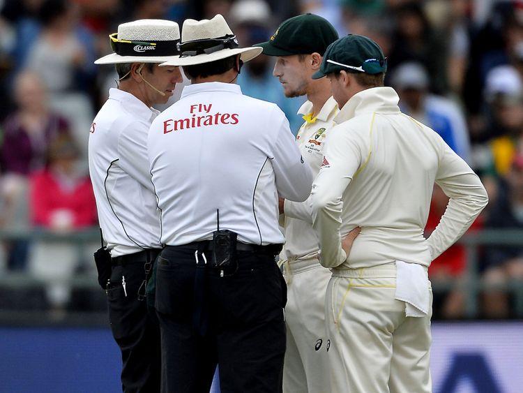 Les arbitres parlent aux joueurs de cricket australiens Cameron Bancroft et Steven Smith