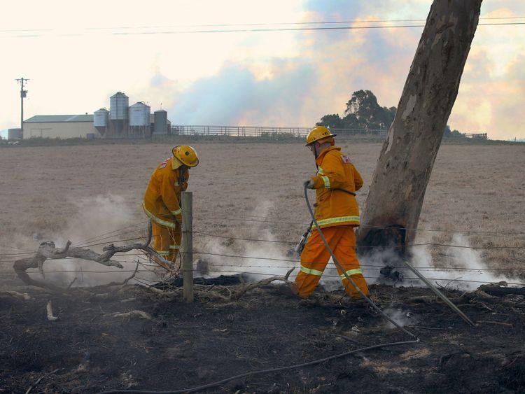 """RTS1O4W018 mars 2018 Melbourne, Australie éteindre des feux près d'une ferme à la périphérie de la ville de Cobden, située au sud ouest de Melbourne, en Australie, le 18 mars 2018. AAP / David Crosling / via REUTERS ATTENTION EDITORS - CETTE IMAGE A ÉTÉ FOURNIE PAR UN TIERS. PAS DE REVENTE. PAS D'ARCHIVE. AUSTRALIE OUT. </span><br />       </figcaption></figure> </div> <p> Les pompiers contrôlent la plupart des incendies </span><br />       </figcaption></figure> </div> <p> Le ministre des Services d'urgence de Victoria, James Merlino, a déclaré que la plupart des incendies avaient été déclenchés par la foudre, mais que les enquêteurs […] </p> <p> Le commissaire à la gestion des urgences, Craig Lapsley, a déclaré à l'ABC: «Les feux ont toujours des points chauds et nous avons toujours du vent, mais pas du tout au cours des dernières 24 heures.» </p> <p> Tony Murphy de Emergency Management Victoria le SES a déclaré à la station de radio 3AW: """"Nous sommes tellement en extase au sujet du fait que personne n'est mort."""" </p> <p> """"Nous avons vraiment apporté ces choses à la terre très rapidement."""" </p> </p></div> <p><script async src="""