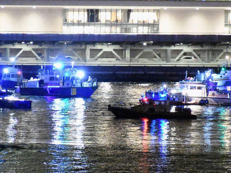 Les intervenants d'urgence travaillent sur les lieux d'un accident d'hélicoptère dans l'East River 11 mars 2018 à New York City. Selon les rapports, au moins deux personnes ont été tuées