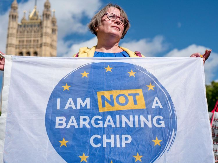 Des manifestants brandissent des banderoles lors d'une manifestation devant les députés du Lobby pour garantir les droits des citoyens de l'UE vivant au Royaume-Uni, après le Brexit, devant le Parlement du 13 septembre. 2017. Après avoir franchi le premier obstacle d'un projet de loi sur le Brexit, le Premier ministre britannique Theresa May a remporté mardi un autre vote parlementaire qui empêchera les députés de l'opposition de bloquer la future législation