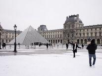 Pyramide du Louvre après la tombée de la nuit à Paris