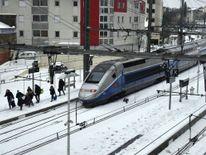 Les passagers sortent un train TGV bloqué par la neige à Montpel lier dans le sud de la France