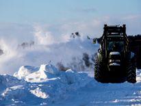 Un chasse-neige déblaie la route à Soerum, au nord d'Oslo, Norvège