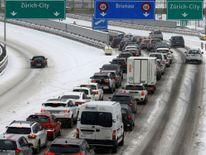 Le trafic s'empile sur l'autoroute A3 enneigée près de Zurich, en Suisse