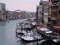 Gondole couverte de neige sur le Grand Canal à Venise lagune