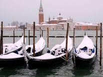 Gondoles couvertes de neige près de la place Saint-Marc à Venise lagune