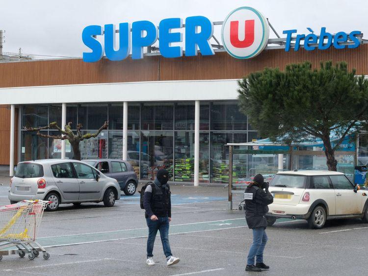 La médecine légale travaille devant le supermarché Super U à Trebes, dans le sud-ouest de la France
