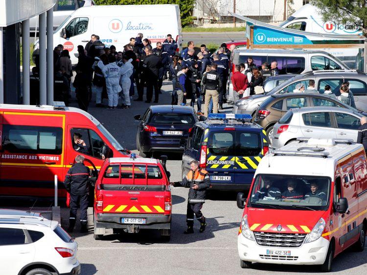 Rescue forces et policiers après la prise d'otages à Trebes