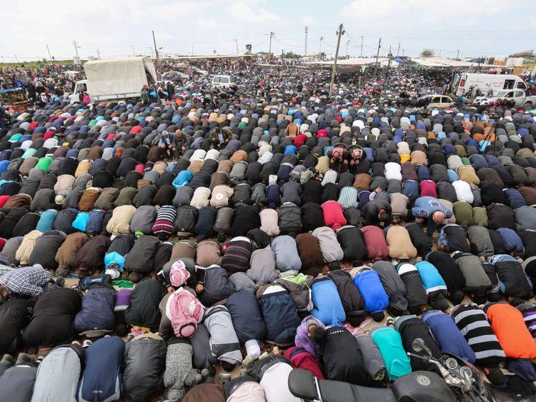 Les fidèles musulmans célèbrent des prières le vendredi midi lors d'une manifestation de protestation