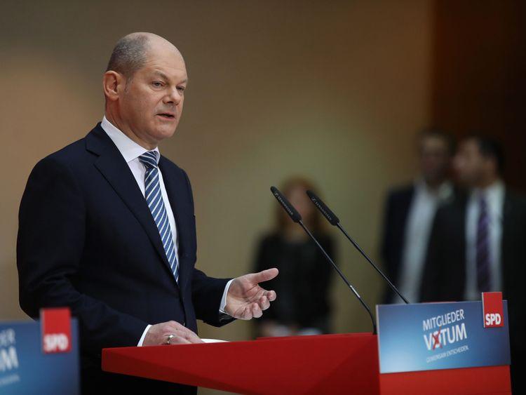 Olaf Scholz, président par intérim des sociaux-démocrates allemands, annonce le résultat du vote