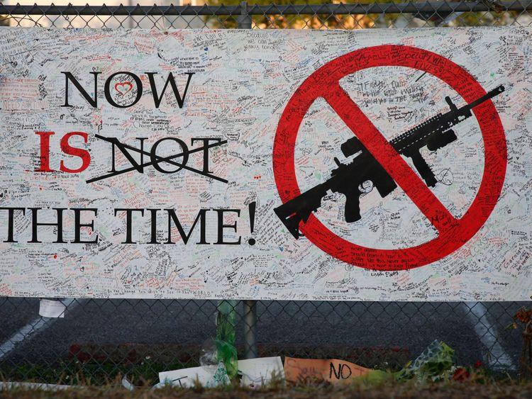 Un panneau est accroché à une clôture à l'école Marjory Stoneman Douglas de Parkland, Floride, le 27 février 2018 [19659006] Image: </span><br />         <span class=