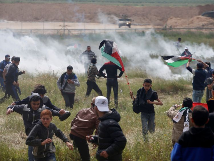 Les Palestiniens tirent des gaz lacrymogènes des troupes israéliennes