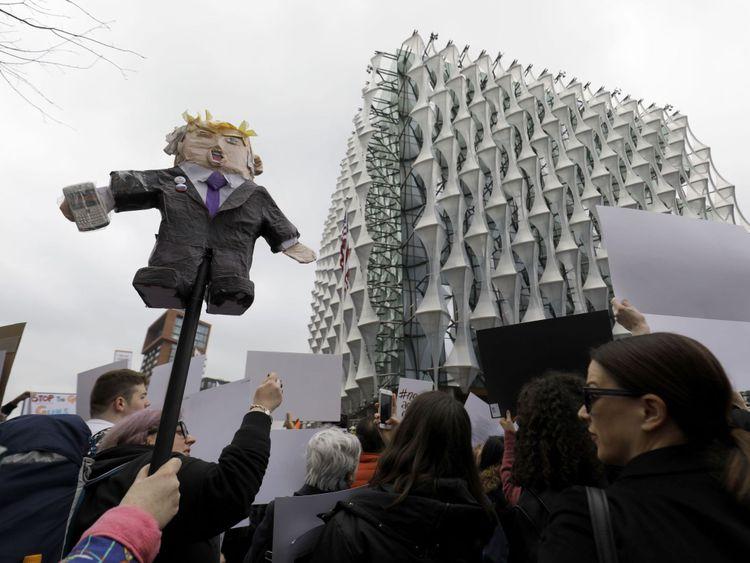 La marche devant l'ambassade des États-Unis au sud de Londres