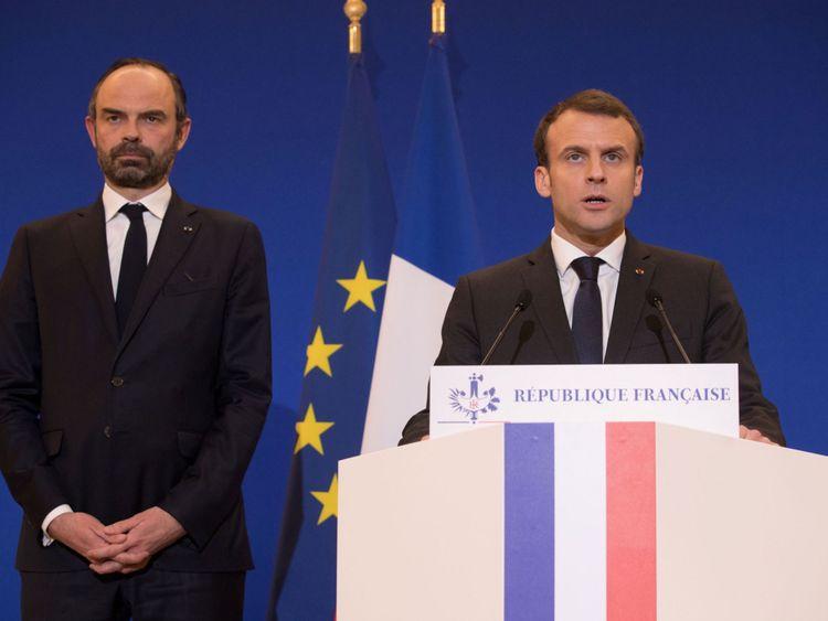 Le président français Emmanuel Macron et le Premier ministre Edouard Philippe parlent après l'attentat terroriste