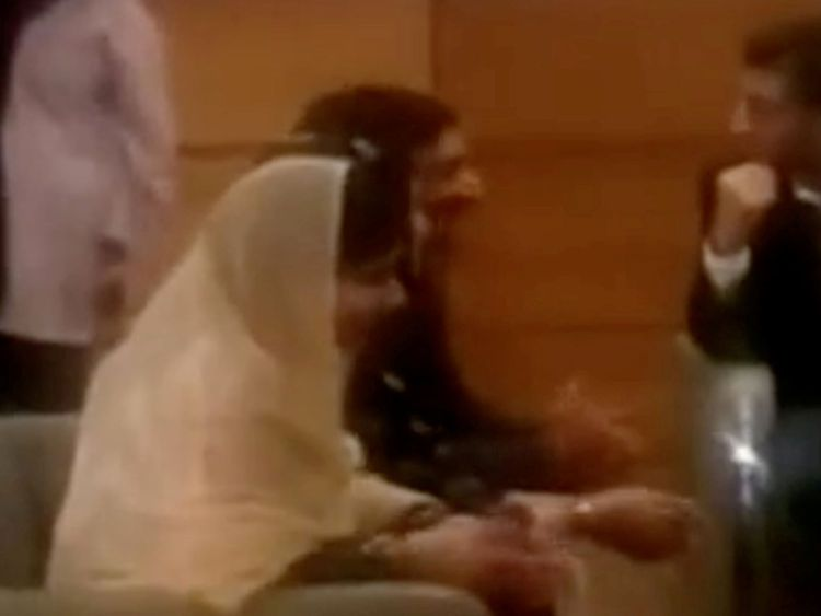 Malala Yousafzai est assise avec sa famille dans un salon VIP de l'aéroport d'Islamabad