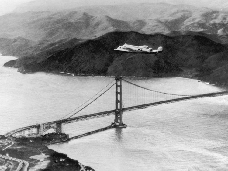 Lockheed Electra & Flying Laboratory, piloté par l'aviateur américaine Amelia Earhart (1898 - 1937) et Fred Noonan survole le Golden Gate à Oakland, en Californie, au début d'un vol autour du monde prévu, 17 mars 1937. Le voyage devait être abandonné après l'écrasement de l'avion à Hawaï