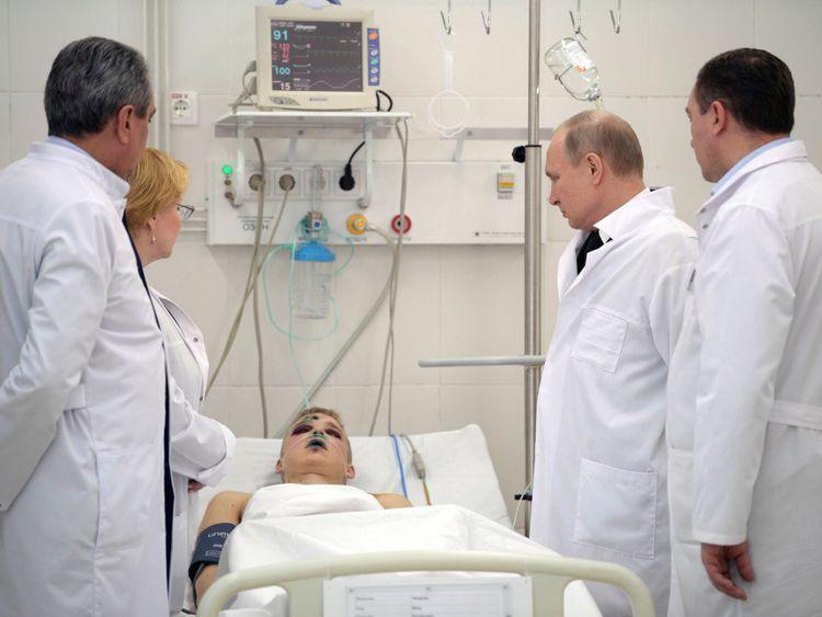 Le président Poutine rencontre une des victimes de l'incendie