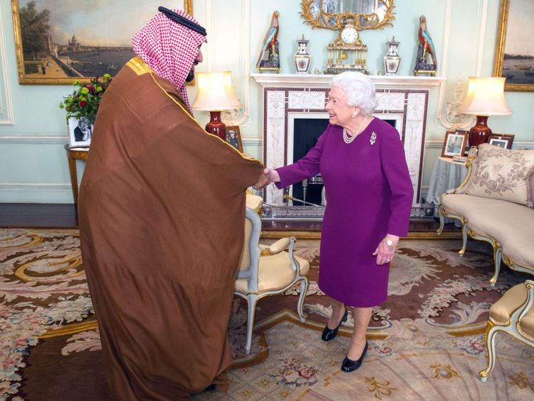 La Reine Elizabeth II salue Mohammed bin Salman, prince héritier d'Arabie saoudite
