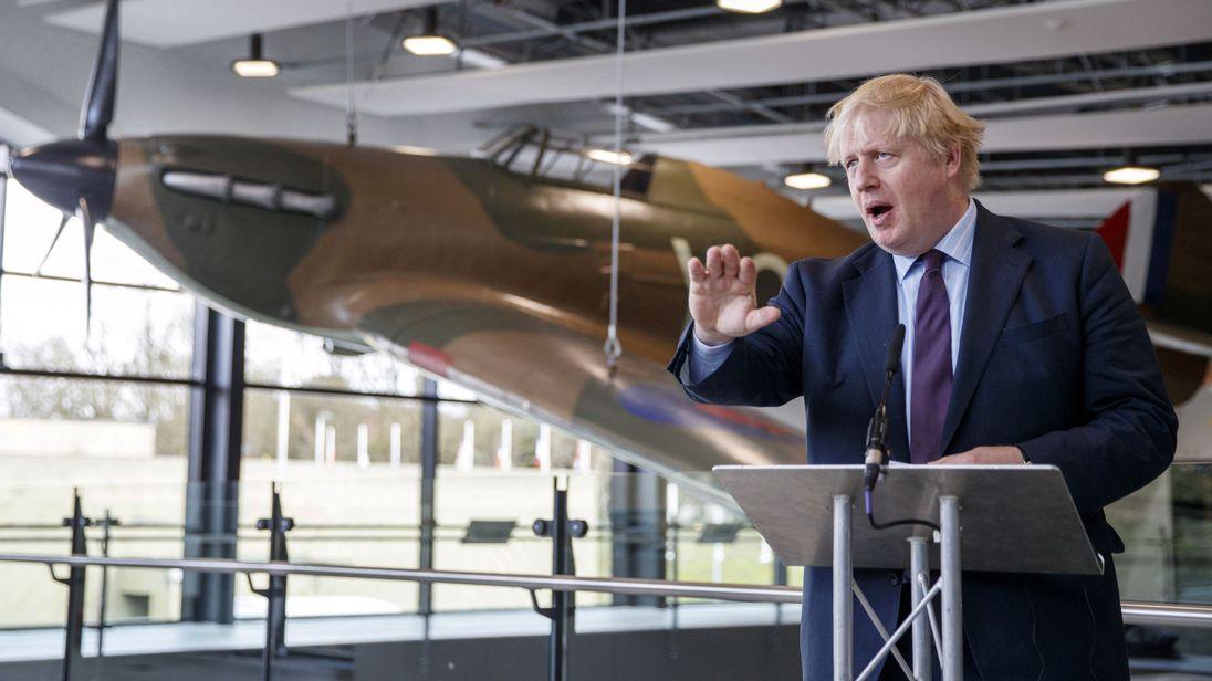 Le ministre britannique des Affaires étrangères, Boris Johnson, s'adresse aux médias lors d'une visite dans un bunker de la RAF Northolt à Uxbridge, en Grande-Bretagne, le 16 mars 2018.