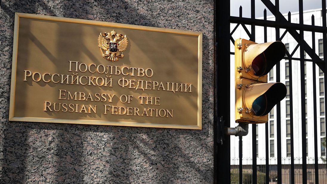 Le gouvernement des Etats-Unis a annoncé lundi qu'il expulserait 60 officiers de renseignement russes et ordonnerait au gouvernement russe de fermer son consulat à Seattle en réponse à la prétendue tentative de la Russie de assassiner un ancien espion vivant au Royaume-Uni