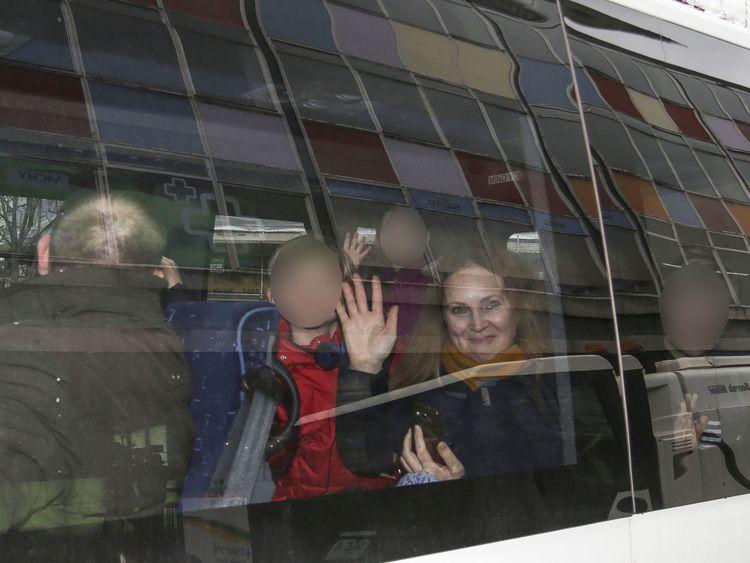 Les gens agitent la fenêtre après que leur camionnette portant des plaques diplomatiques ait quitté l'ambassade russe à Londres