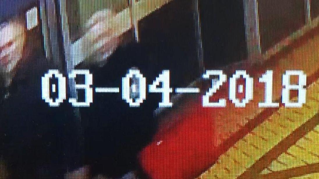 Des officiers spécialisés dans la lutte antiterroriste aident la police de Salisbury à enquêter sur un incident qui a laissé un homme russe échangé contre un «échange d'espions» et une femme gravement malade.  La police continue d'essayer d'établir quelle était la substance à laquelle Sergei Skripal, 66 ans, et une femme d'une trentaine d'années ont été exposées dans la ville de Wiltshire ce week-end.