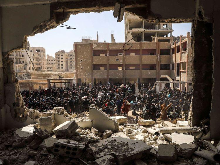 Les civils syriens se rassemblent pour leur évacuation de la ville de Arbin dans la Ghouta orientale dimanche