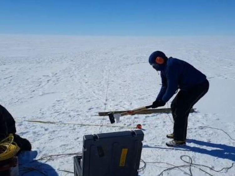 Les scientifiques ont utilisé des ondes sismiques pour savoir où le glacier est au-dessus de la mer. Pic: Australian Antarctic Division